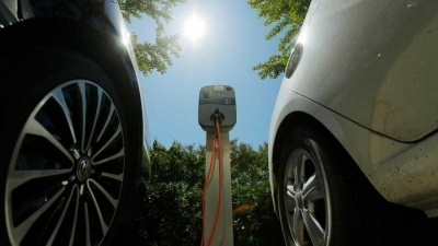 Growing electric car use drives battery market to reach $120bn by 2027