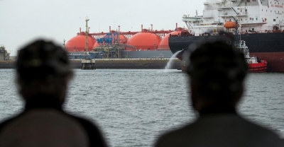 Shell's LNG margins hit by oil price slump, focuses on integrated power